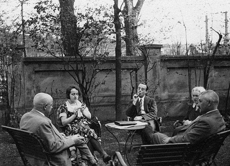 Familie Stern im Garten der Villa