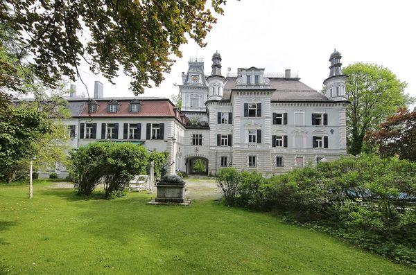 Außenansicht des Auer Schlosses in Au in der Hallertau