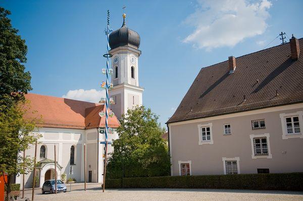 Marktplatz mit Pfarrkirche St. Vitus in Au in der Hallertau