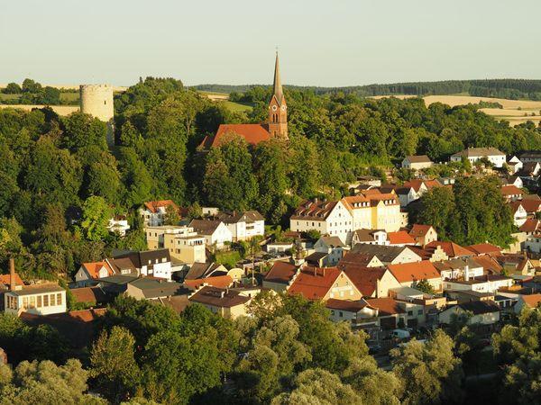 Blick auf Bad Abbach mit Heinrichsturm und Kirche St. Nikolaus