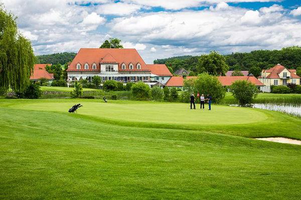 Saftiges Grün erwartet Sportbegeisterte auf dem Golfplatz Bad Abbach Deutenhof.