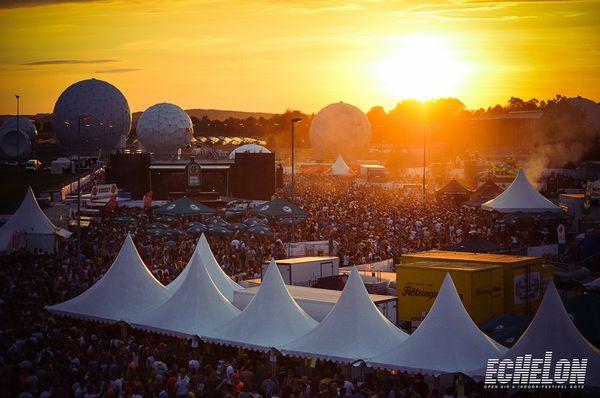 Festivalgelände bei Sonnenuntergang.