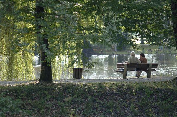Paar auf Bank im Kurpark Aibling.