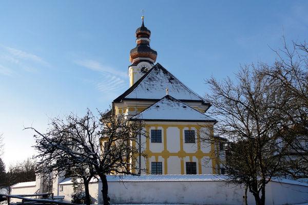 Außenansicht der Pfarrkirche Hl. Kreuz in Berbling