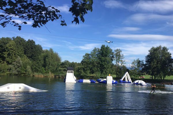Abenteuerland auf dem Wasser und Wakeboardlift