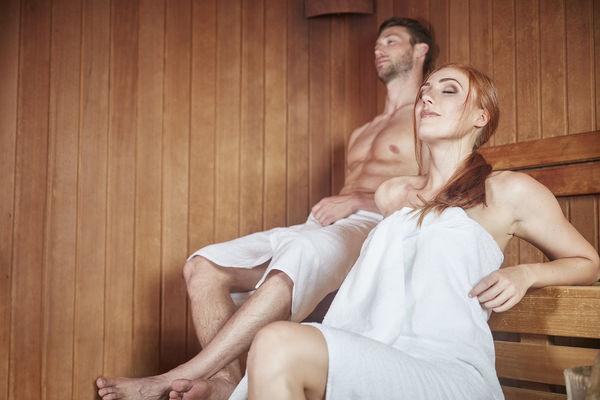 Paar sitzt in der Sauna