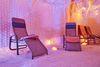 vier Liegestühle in der Salzgrotte
