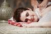 Frau wird im Hamam mit Schaum massiert