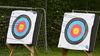 zwei Zielscheiben in denen Pfeile stecken