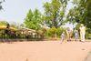 Boulebahn im Kurpark und spielende Familie im Hintergrund