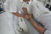 Thomas Gilgin bei Akupunktur an seiner Arzthelferin
