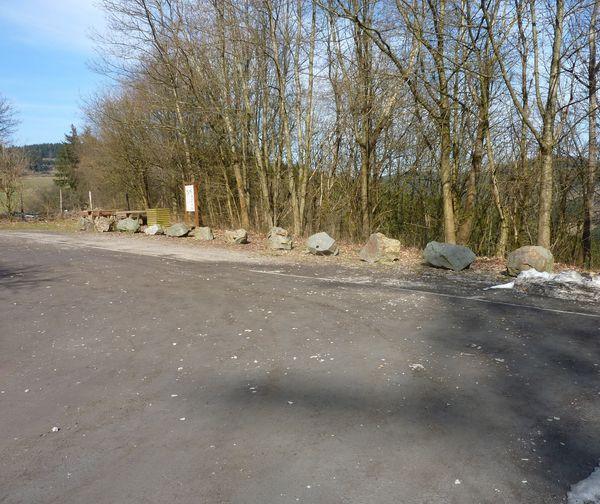 Als Einstieg in den WaldSkulpturenWeg dient der Wanderparkplatz.