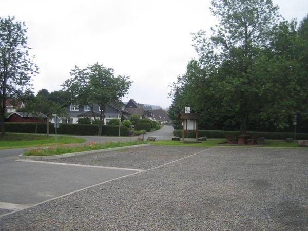 Direkt am Sportplatz findet sich der Wanderparkplatz Westerbach.