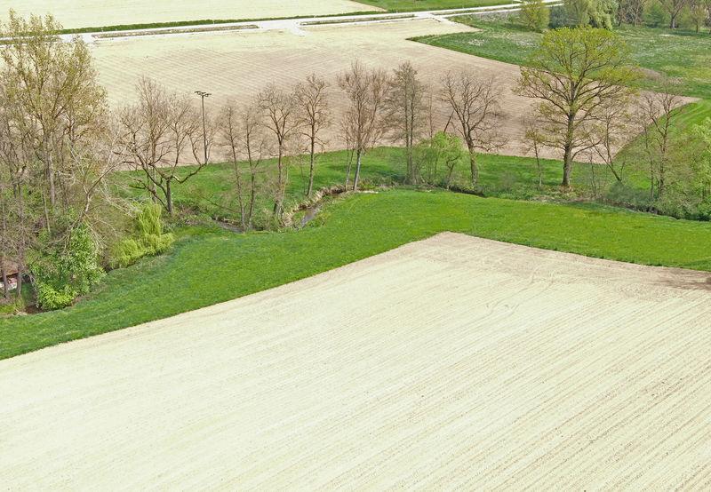 Gewässerschutzstreifen an 2 Seiten des Feldes