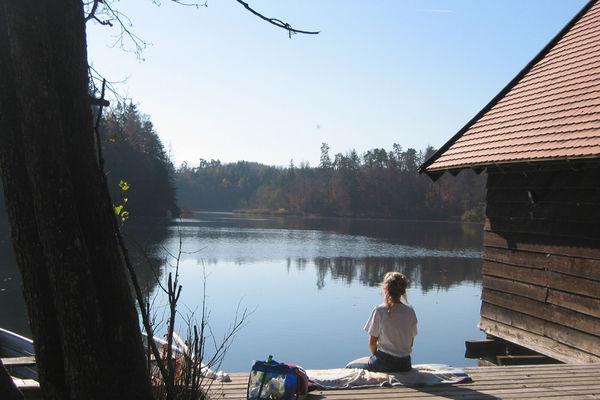 Vom Steg des Badeplatzes am Ufer des Langbürgner Sees kann man hervorragend die Fuße baumeln lassen.