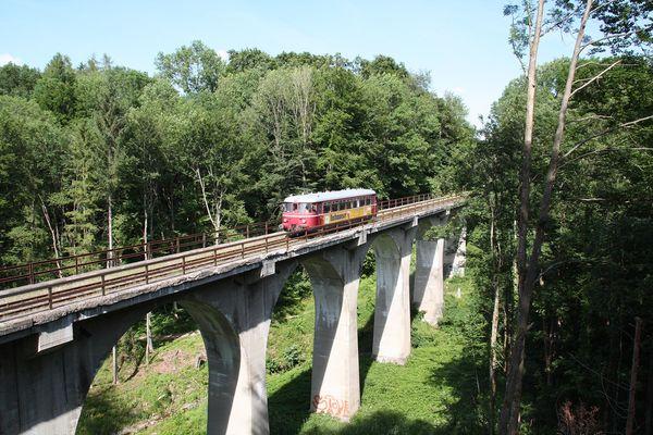 Triebwagen auf Ameranger Viadukt