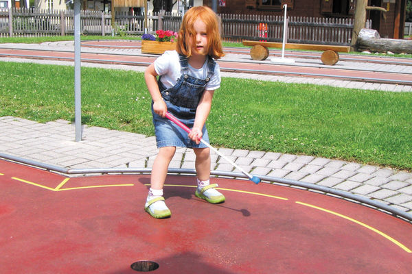 Kind beim Minigolfspielen in Bad Feilnbach.