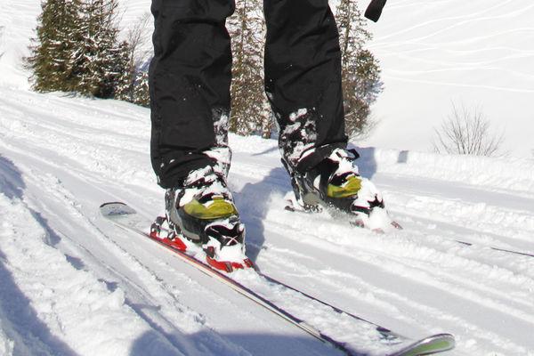 Ski auf schneeweißer Piste. Nahansicht.