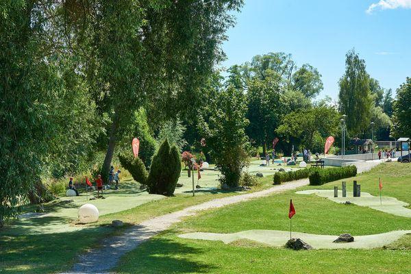 Die Eisvogel SpielGolf Anlage in Bad Gögging - Das Spiel vollzieht sich auf 18 einzelnen Bahnen, die deutlich größer sind als beim Minigolf.