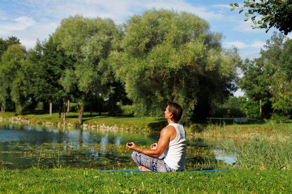 Entspannen Sie zum Beispiel beim Yoga im Kurpark Bad Gögging