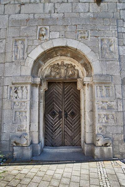 Romansiches Kirchenportal der St. Andresa Kirche in Bad Gögging