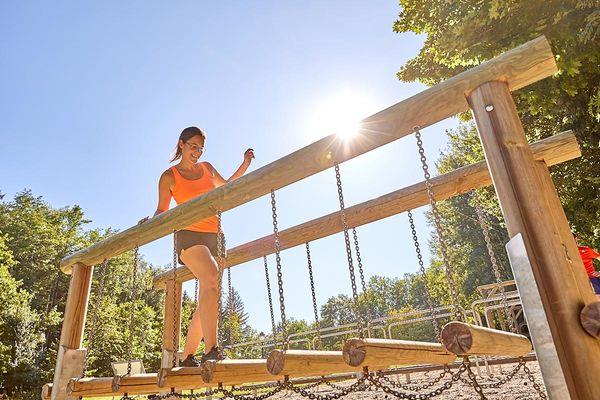 Schwebende Tritte im Bewegungsparcours Bad Griesbach