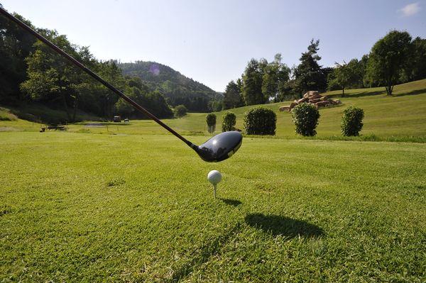 Abschlag auf dem Golfplatz im Bernbachtal.
