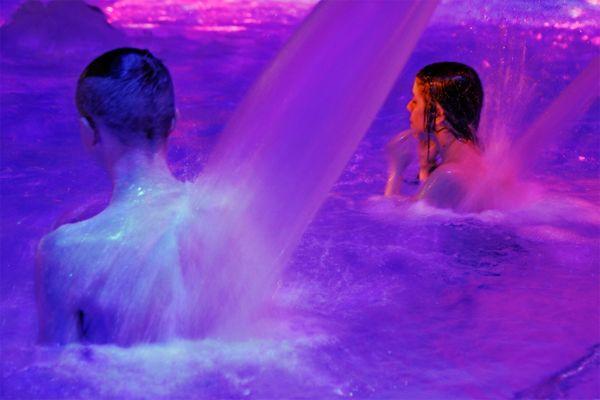 Massagedüsen im warmen Thermalwasser.