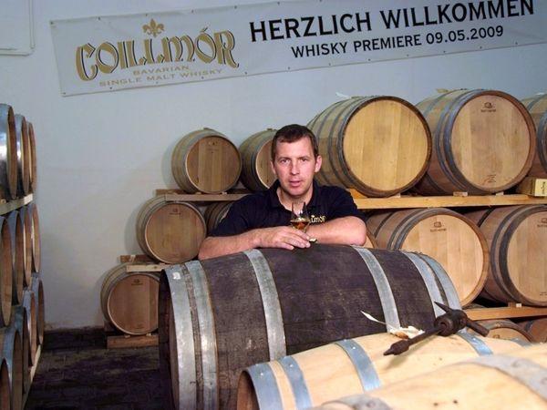 Fässer im Reifelager in der Bayerwald-Whisky-Destillerie in Bad Kötzting
