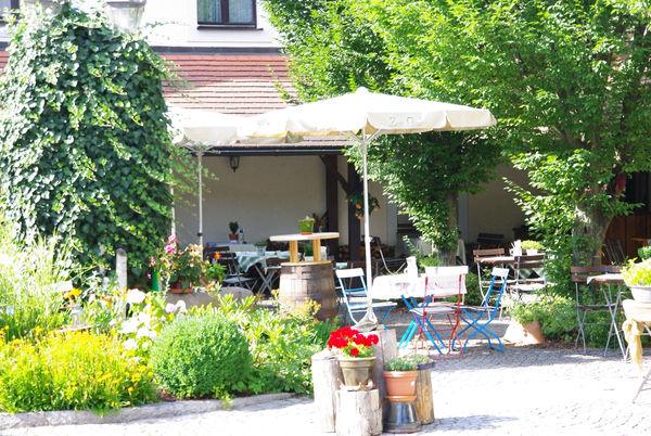 Regionale Schmankerl können Sie im Biergarten des Gasthofs Zur Post in Bad Kötzting genießen