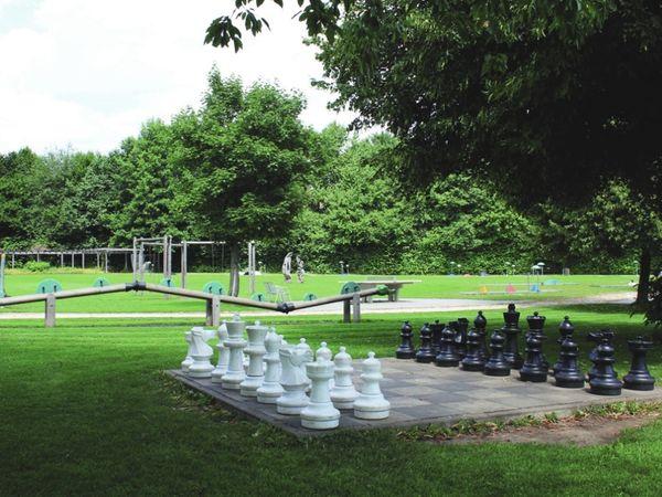 Großes Schachbrett bei der Minigolf-Anlage im Kurpark Bad Kötzting