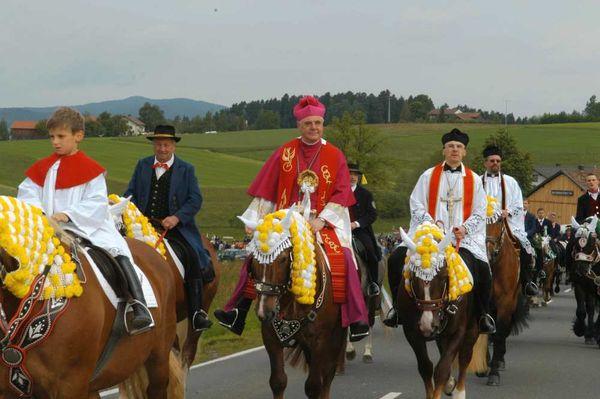 Der Bischof mit seinem Gefolge beim Kötztinger Pfingstritt