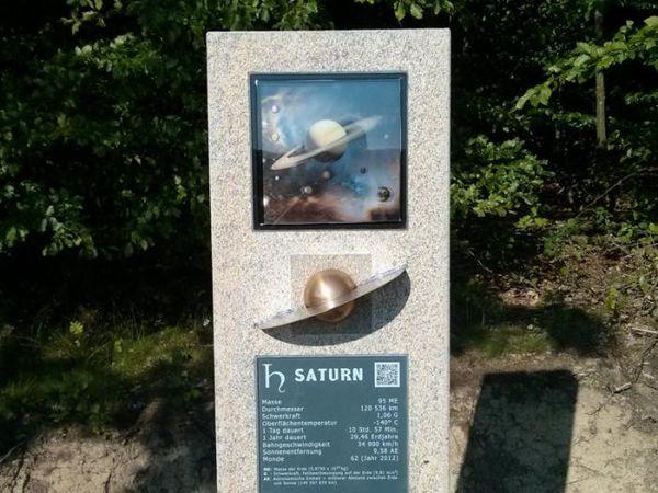 Stelen aus heimischem Granit informieren über die einzelnen Planeten.