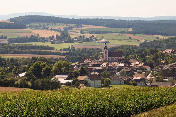 Bad Neualbenreuth liegt idyllisch von einer Hügellandschaft umgeben