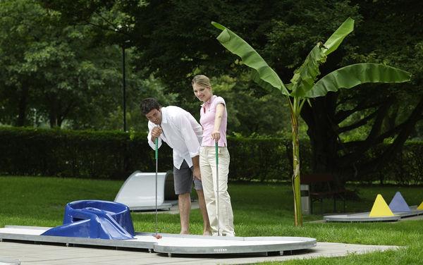 Pärchen beim Minigolf spielen