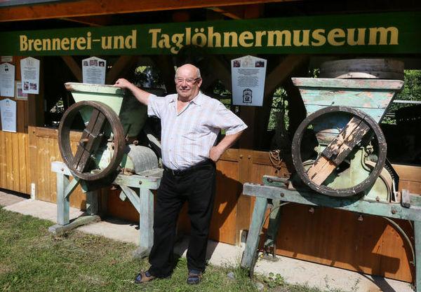 Karl Faisst vor dem Taglöhner- und Brennereimuseum