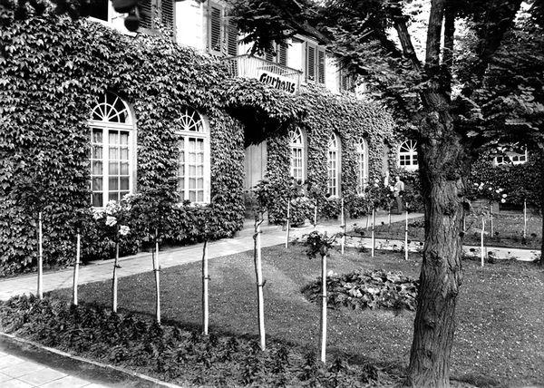 Dieses Bild zeigt eine alte Aufnahme des ehemaligen Kurhauses, das heute als Gäste-Information/Haus des Gastes genutzt wird.