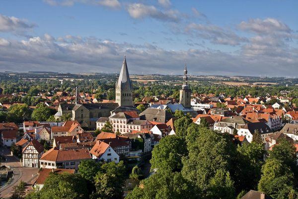 Das Bild zeigt die Silhouette von Soest, in der Mitte zu sehen sind der Patrokli-Dom und die Petri-Kirche.