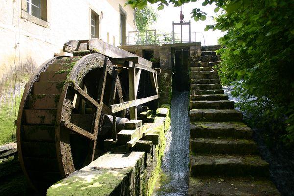 Mit dem Mühlenführer geht es auf eine spannende Reise in die Vergangenheit. Als drehten die imposanten Wasserräder die Zeit zurück.