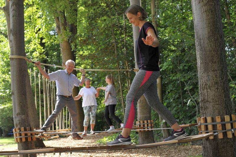 Der Niedrigseilgarten im Kurpark von Bad Westernkotten ist attraktiv für alle Generationen