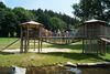 Kinderspielplatz mit Hängebrücke und Bachlauf