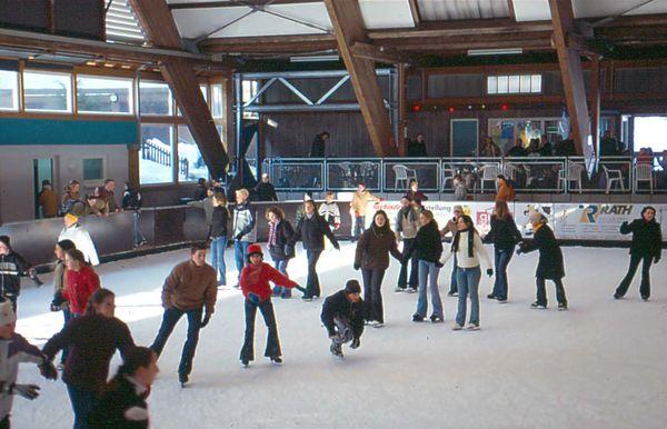 Wintervergnügen in der Eislaufhalle