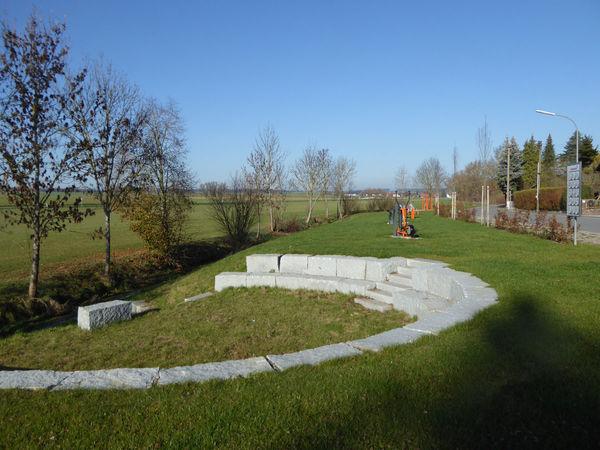 Der Bewegungsparcours ist in Bayerbach bei Ergoldsbach in unmittelbarer Nähezum Wolfgangsweg gelegen.
