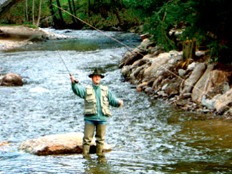 Fliegenfischen im Fluss Großer Regen