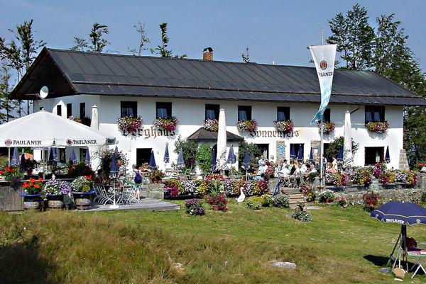 Blick auf die Sonnenterasse beim Berghaus Sonnenfels am Arber im Bayerischen Wald
