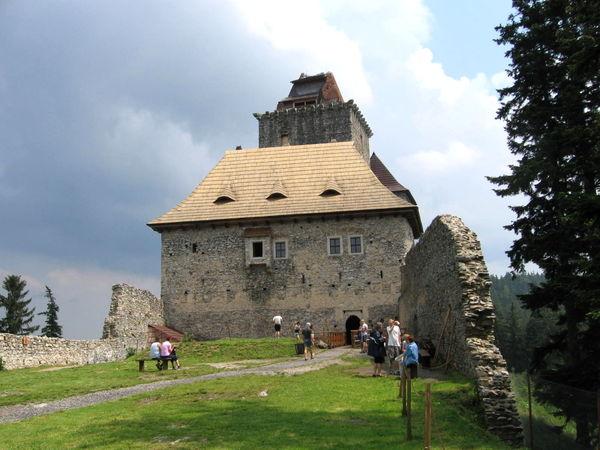 Blick auf die ehemalige Königsburg Karlsberg bei Kašperské Hory in Böhmen