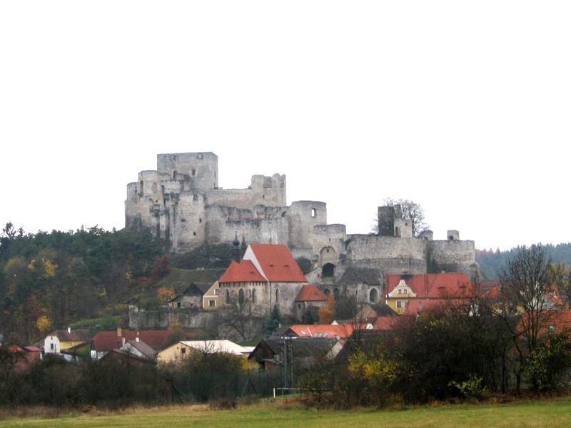 Die Burgruine Rabi, über der gleichnamigen Ortschaft gelegen, ist die größte Burgruine in Böhmen