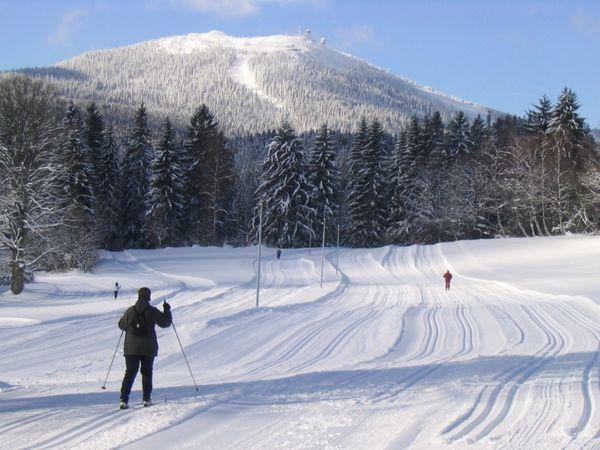 Wintererlebnis beim Skiwandern bei Bayerisch Eisenstein mit Blick zum Großen Arber