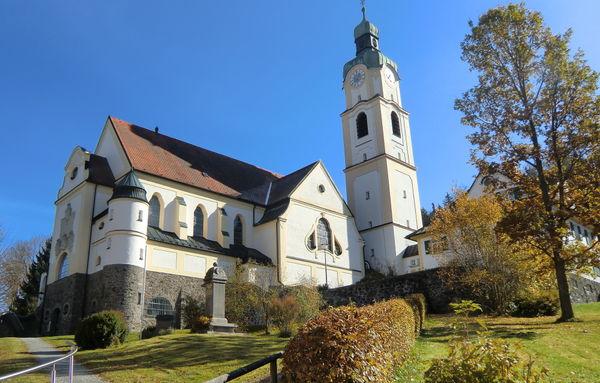Blick auf die Kath. Pfarrkirche in Bayerisch Eisenstein im ArberLand Bayerischer Wald