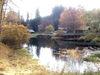 Blick über den Weiher auf die Trifterklause Schwellhäusl im Herbst